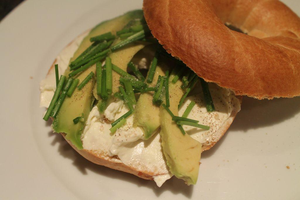 Bagel mit Avocado, Frischkäse und Schnittlauch - vegetarisch