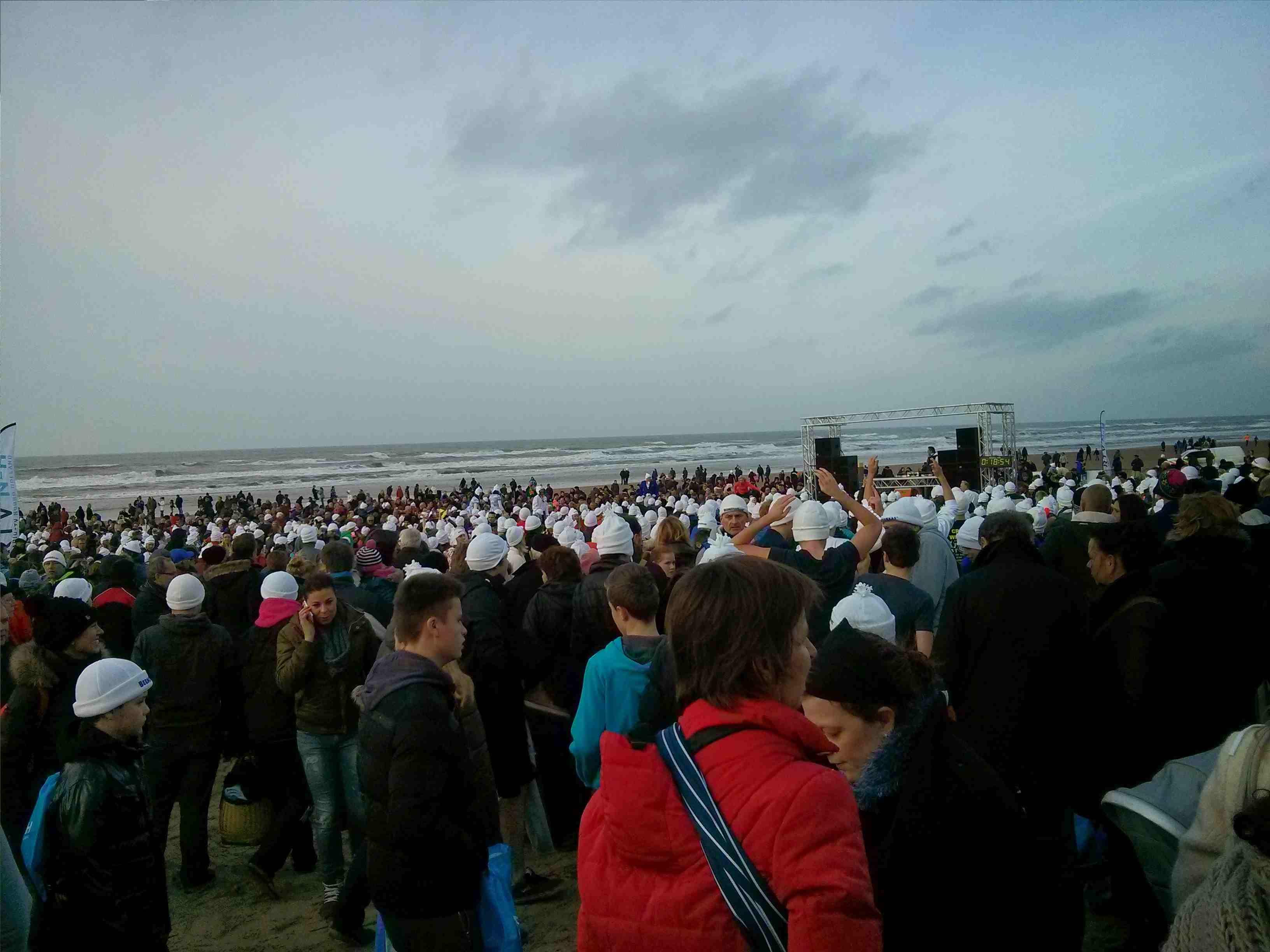 Egmond aan Zee Neujahrsschwimmen - Massen von Menschen