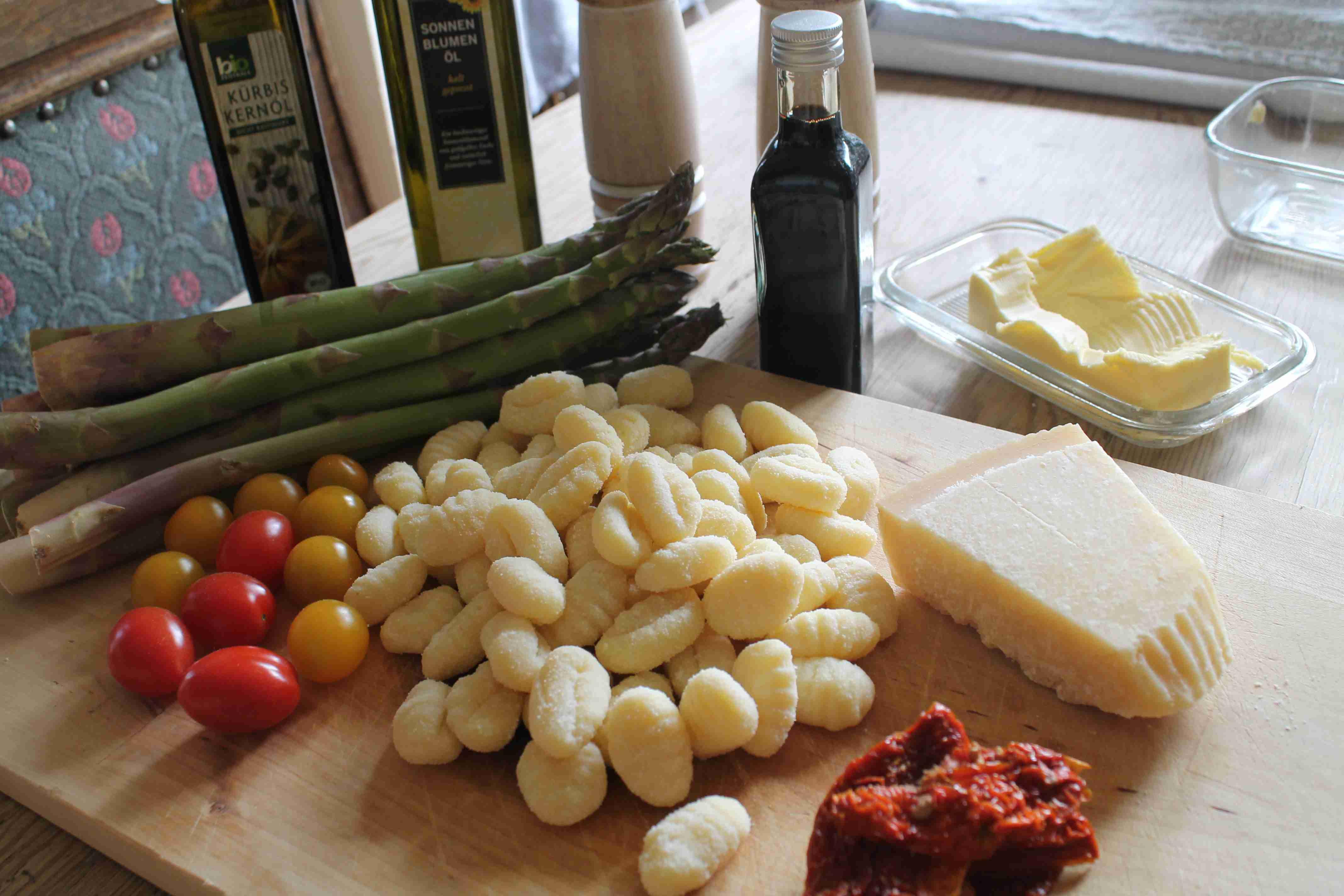 Grüner Spargel mit Gnocchi, Kirschtomaten, Parmesan in Kürbiskern Öl und Balsamico-Essig - die Zutaten