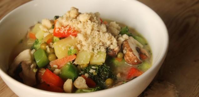 Kokosmilch Gemüsesuppe mit Brokkoli, Champignons und Macadamianüssen