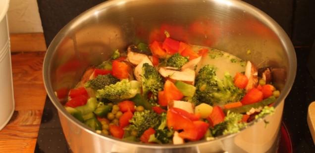 Kokosmilch Gemüsesuppe mit Brokkoli im Topf kochen