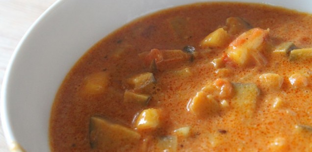 Kokosmilchsuppe mit Aubergine, Kartoffeln, Zwiebeln, Pfirsich, Kümmel und Curry