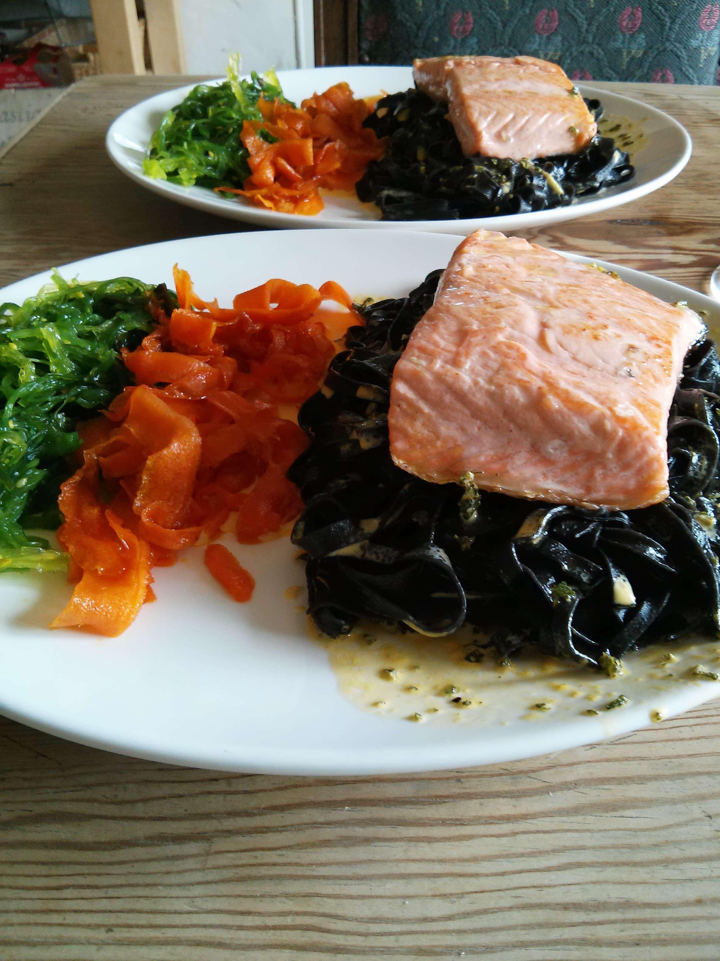 Lachs auf Tintenfischnudeln mit Seealgen, karamellisierten Karotten und Sahne Safran Sauce 3