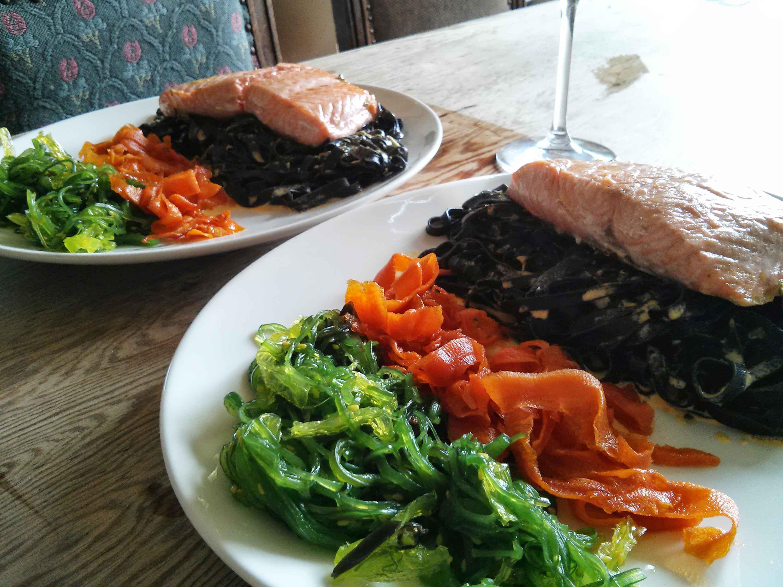 Lachs auf Tintenfischnudeln mit Seealgen, karamellisierten Karotten und Sahne Safran Sauce
