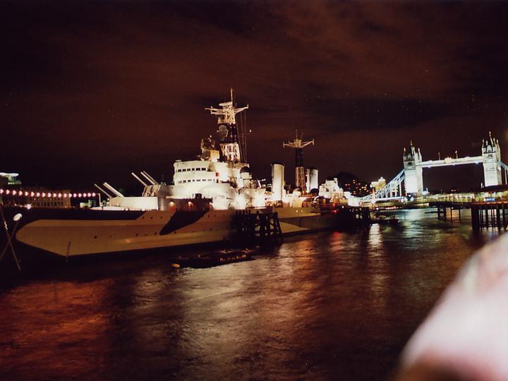 London Städtereise - Kriegsschiff vor der Tower Bridge