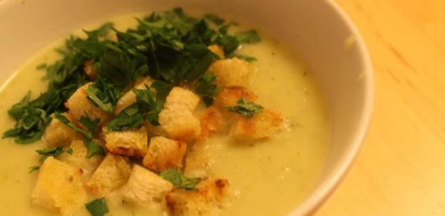 Porree-Kartoffel-Creme-Suppe mit Croutons und Petersilie