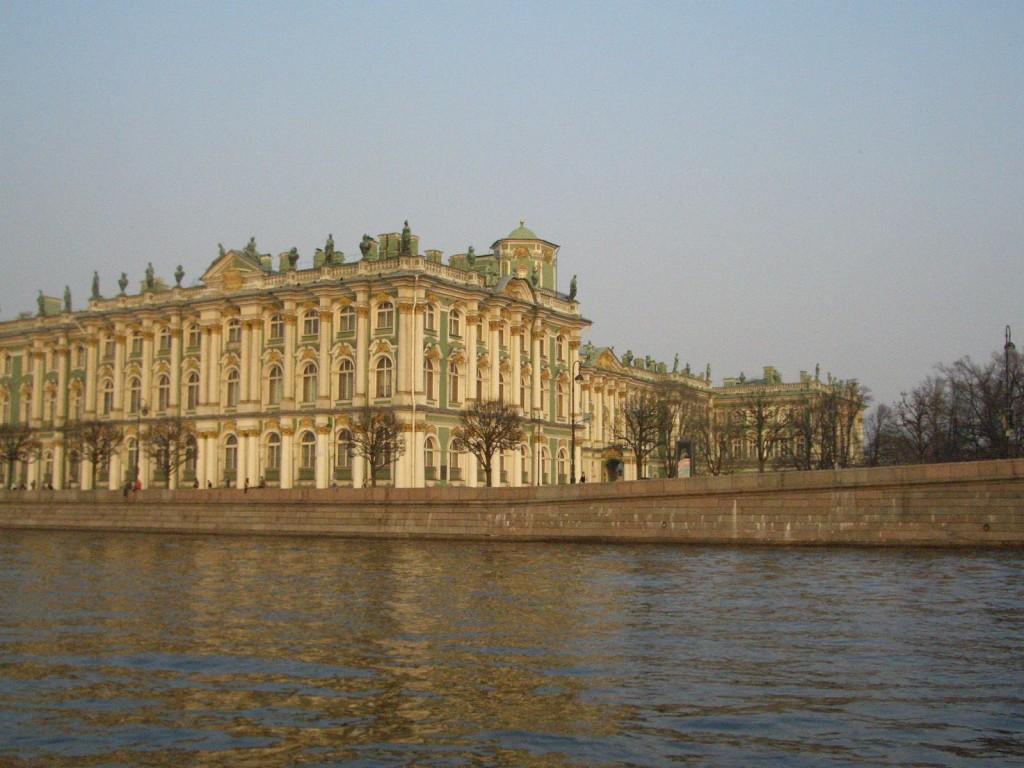 St. Petersburg Städtereise - Eremitage von der Brücke aus