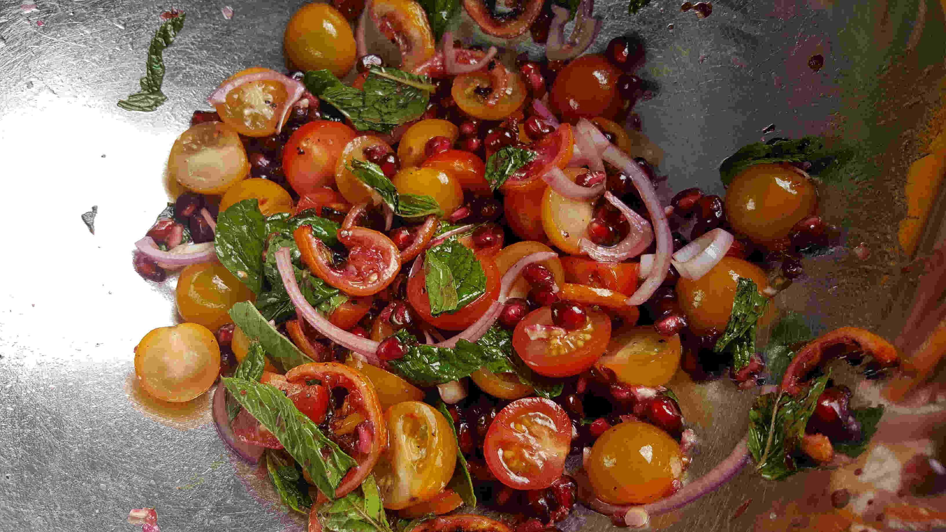 Tomatensalat mit Minze und Granatapfel in einer Schüssel