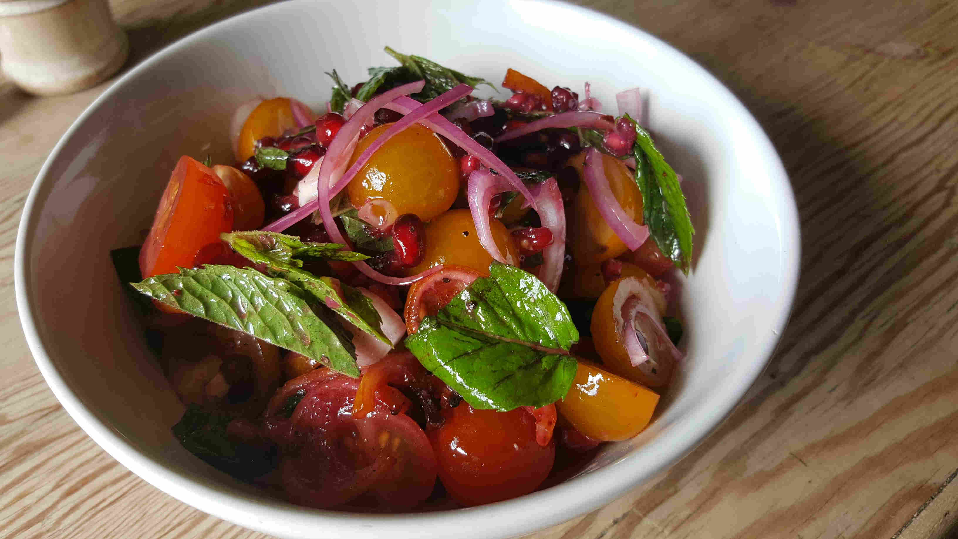 Tomatensalat mit Minze und Granatapfel