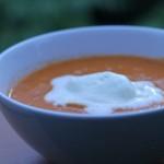 Die fertige Tomatensuppe mit Grapefruit  und Sahne. Gerade bei heißen Temperaturen schmeckt sie so richtig gut.