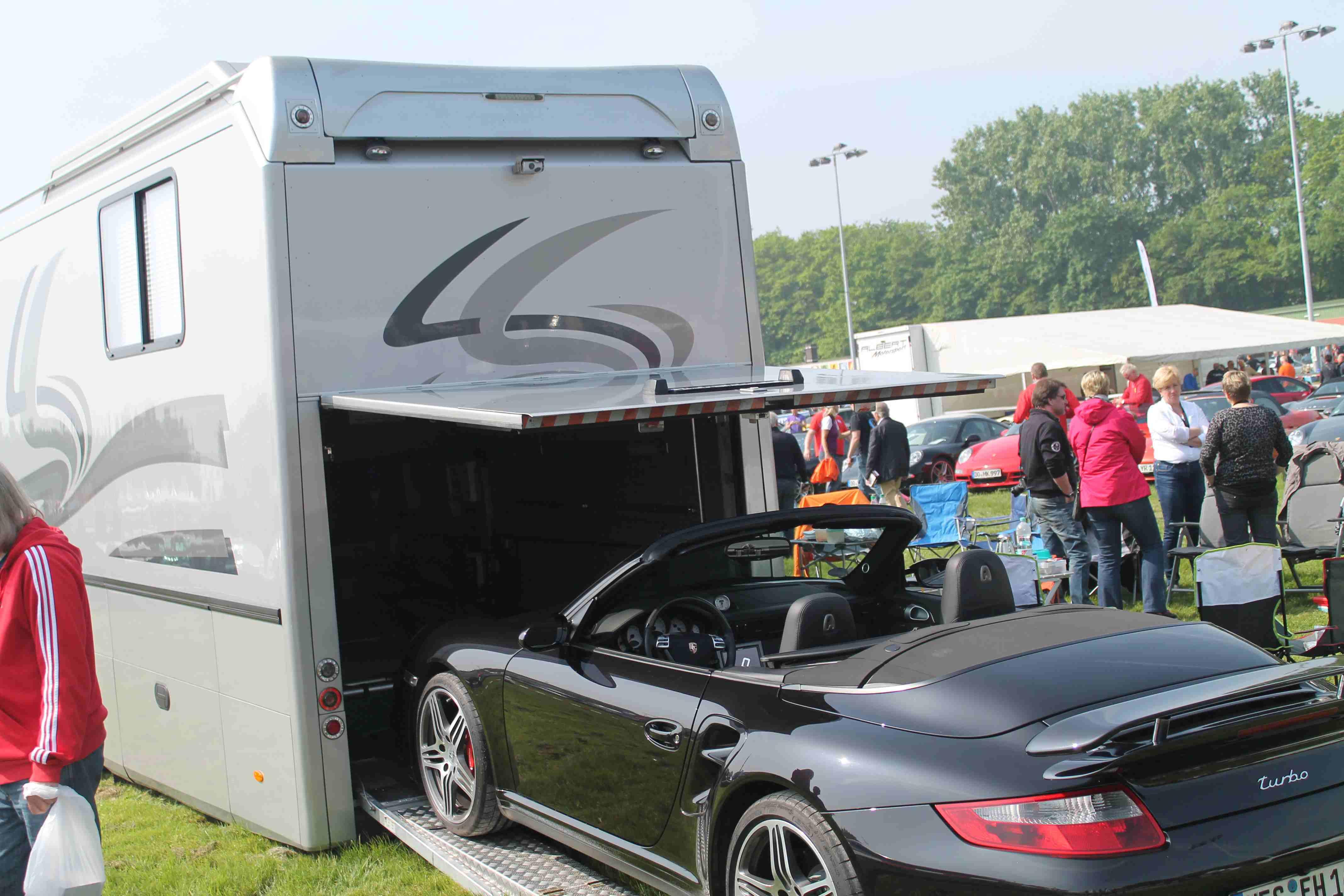 Wohnmobil mit Garage für einen Porsche