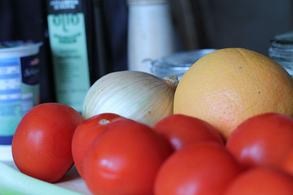 Nur ein paar Zutaten sind notwendig, um eine wunderbare leichte Tomatensuppe zu kochen. Und mit etwas Grapefruit schmeckt sie gleich viel leichter und sommerlicher.