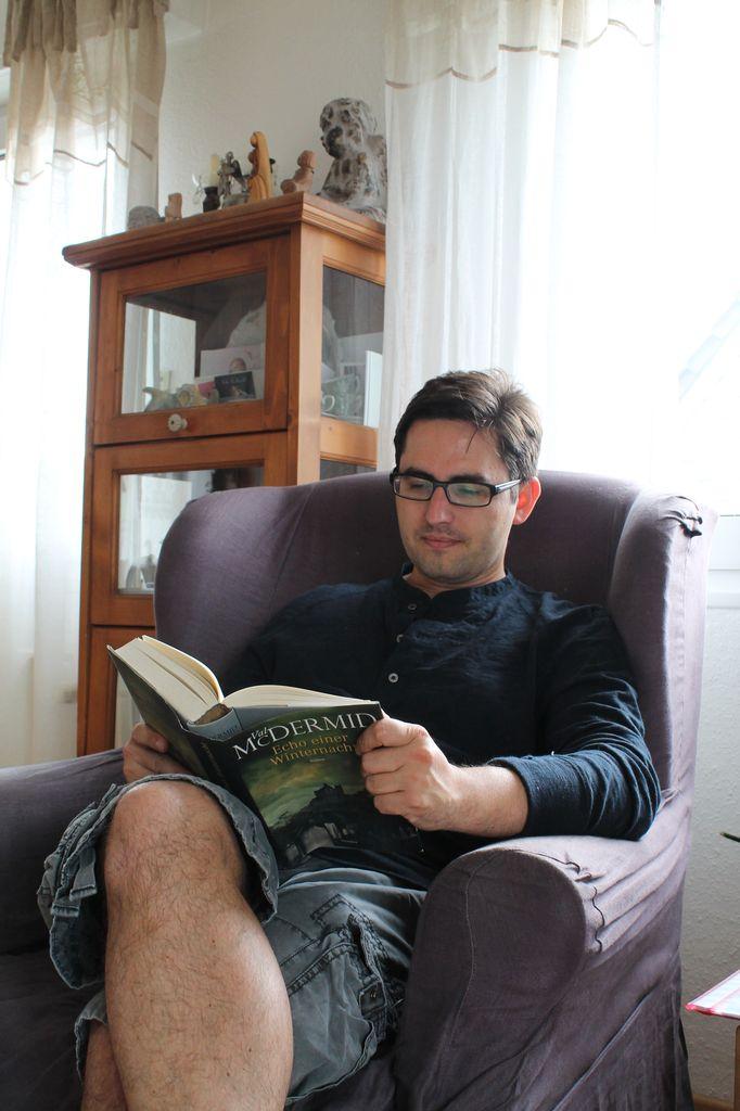 am Lesen im Ohrensessel