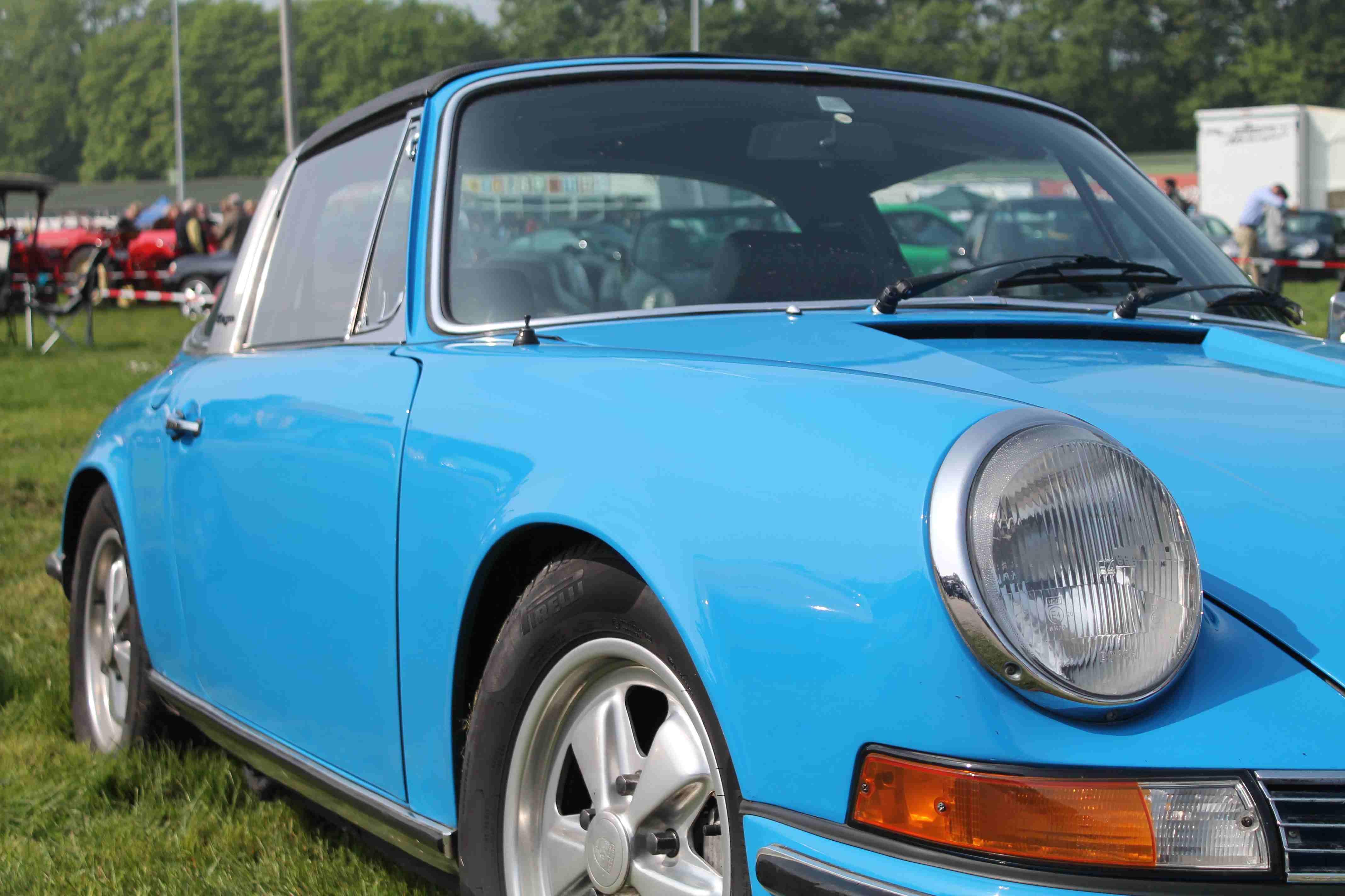 hell blauer Porsche auf dem Porsche Treffen in Dinslaken