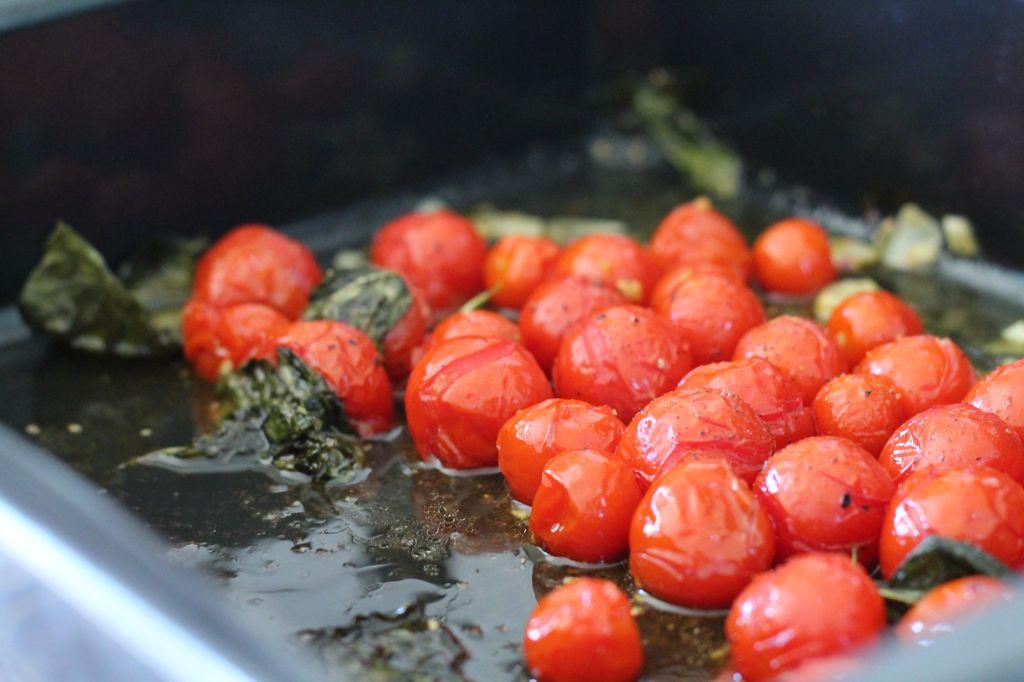 italienische Tomatensuppe - Kirschstauchtomaten nach der Backzeit mit Basilikum