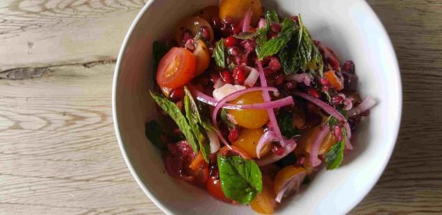 sommerlicher Tomatensalat mit Minze und Granatapfel
