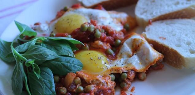 Erbsen-Tomaten-Rezept in der Pfanne mit Basilikum und Ei