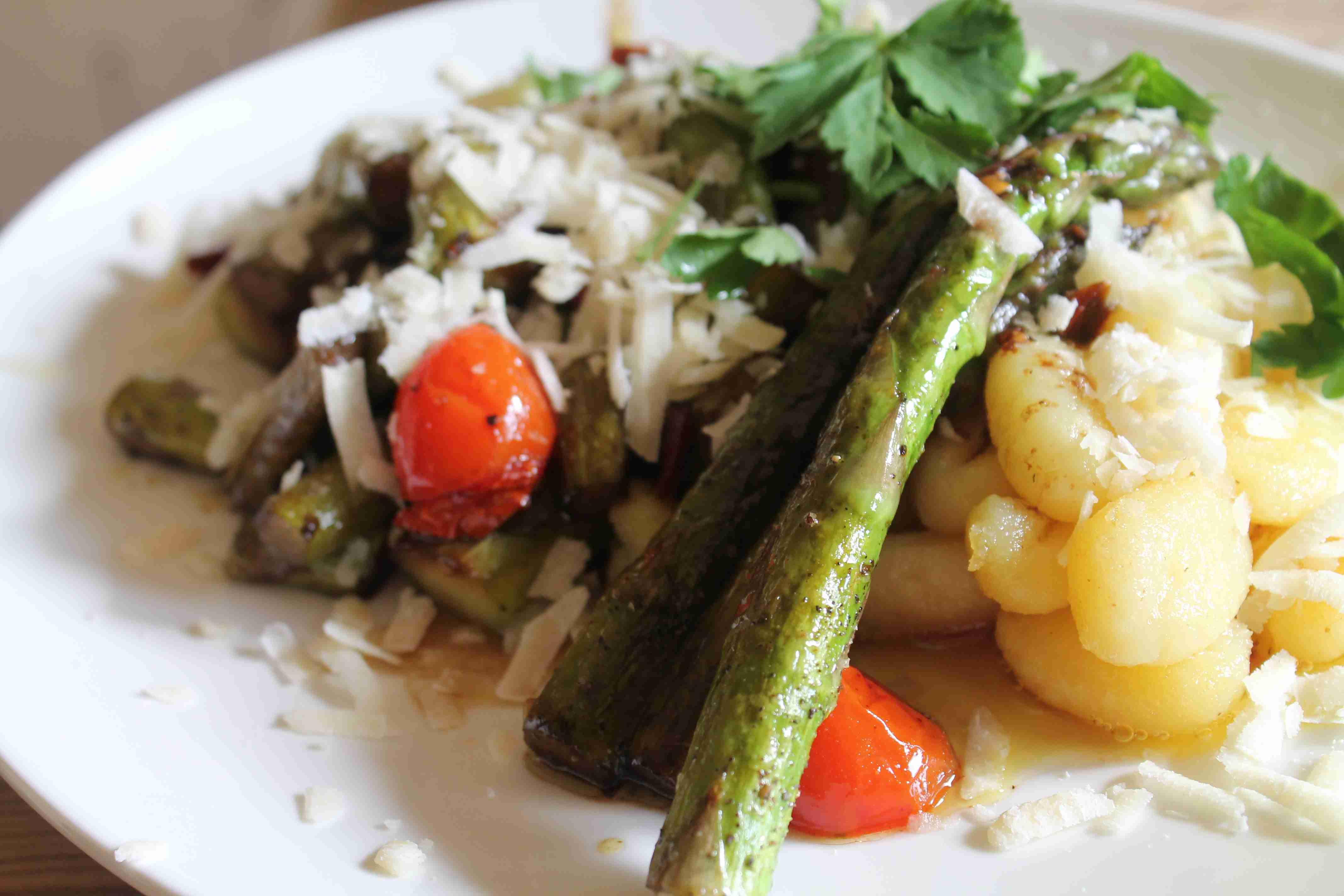 Grüner Spargel mit Gnocchi, Kirschtomaten, Parmesan in Kürbiskern Öl und Balsamico-Essig