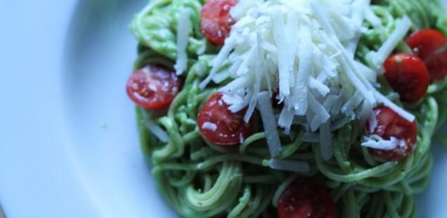 Spaghetti mit Avocado und Kirschtomaten
